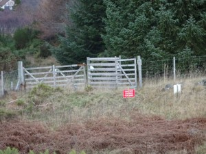 Casandamff Woodland - Fotpath diversion signs at the western entrance gate - 18 12 2016